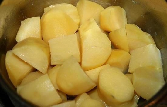 Варим картофель в соленой воде