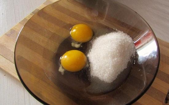 соединим сахарный песок и куриные яйца