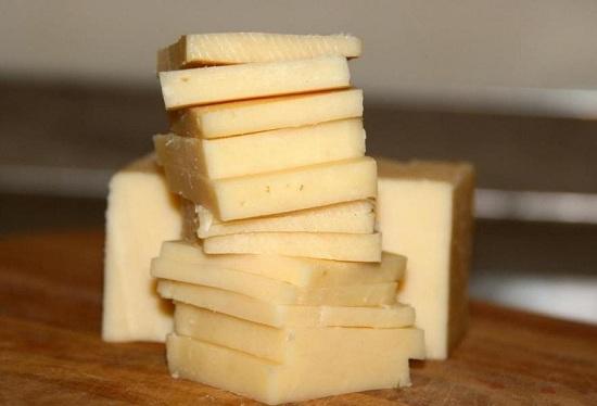 Твердый сыр нарезаем