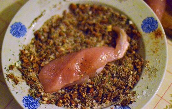 мясной кусочек обваливаем в смеси специй
