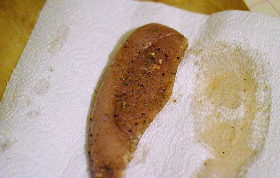 выкладываем мясо на салфетку