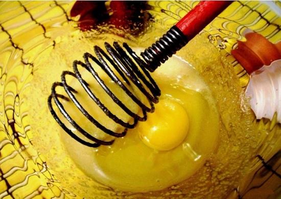добавим яйцо и молок