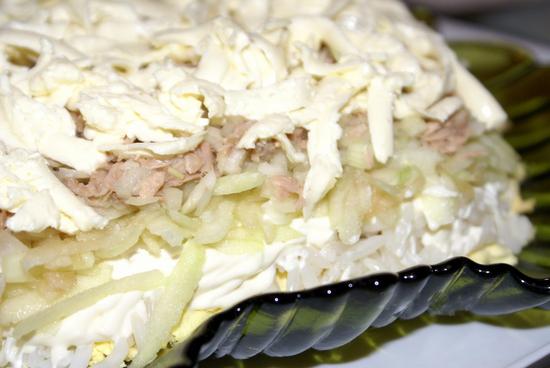 Салат с сайрой консервированной, рисом и яйцами