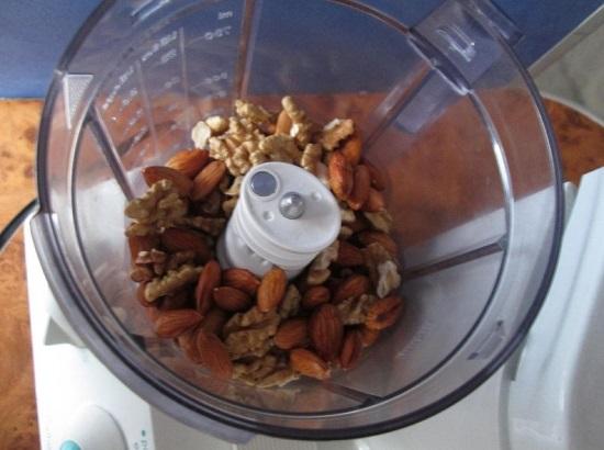 Арахис и половину стакана ядер грецких орешков