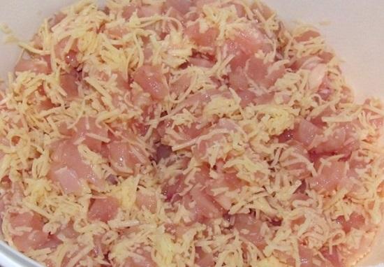 Соединяем сыр с куриным филе