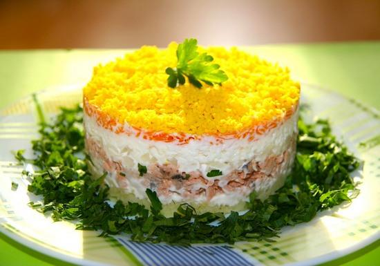 Салат с сайрой консервированной «Мимоза»